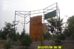 依附高空架攀岩墙
